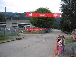 Seifenkistenrennen Vogtei Schwyz in Zell im Wiesental - Zieleinlauf